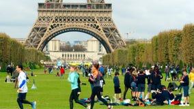 巴黎,法国- 2017年10月7日 在埃佛尔铁塔基地附近的拥挤战神广场草坪在一个晴天 免版税库存照片