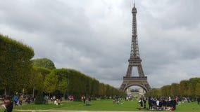 巴黎,法国- 2017年10月8日 在埃佛尔铁塔附近的拥挤战神广场 库存照片