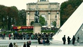 巴黎,法国- 2017年10月8日 在罗浮宫金字塔和凯旋门du Carrousel, a附近的拥挤正方形 免版税图库摄影