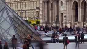巴黎,法国- 2017年10月8日 在罗浮宫金字塔附近的拥挤正方形 免版税库存图片