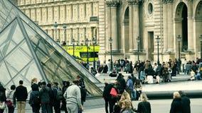 巴黎,法国- 2017年10月8日 在罗浮宫金字塔附近的拥挤正方形 库存图片