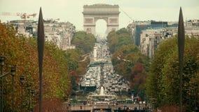 巴黎,法国- 2017年10月8日 在著名凯旋门或凯旋门,远摄镜头射击附近的汽车通行果酱 免版税库存图片