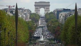 巴黎,法国- 2017年10月8日 在著名凯旋门或凯旋门,远摄镜头射击附近的汽车通行 免版税图库摄影