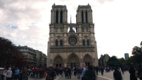巴黎,法国- 2017年10月8日 在著名巴黎圣母院附近的拥挤正方形 库存照片