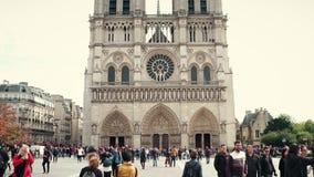 巴黎,法国- 2017年10月8日 在著名巴黎圣母院附近的拥挤正方形 库存图片