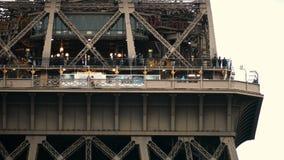 巴黎,法国- 2017年10月8日 埃佛尔铁塔的观察台 远摄镜头射击 库存照片