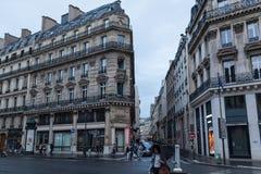 巴黎,法国- 2018年6月01日 巴黎与传统法国大厦门面的街道视图在夏天晚上太阳下发出光线 巴黎人 库存图片