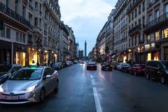 巴黎,法国- 2018年6月01日 巴黎与传统法国大厦门面的街道视图在夏天晚上太阳下发出光线 巴黎人 图库摄影
