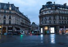巴黎,法国- 2018年6月01日 巴黎与传统法国大厦门面的街道视图在夏天晚上太阳下发出光线 库存图片