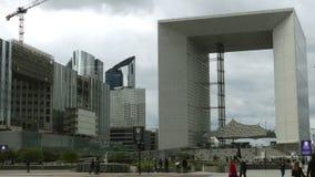 巴黎,法国- 2017年10月8日 拥挤方形的近的著名Grande Arche de la Defense 在城市少校的办公楼 免版税库存照片