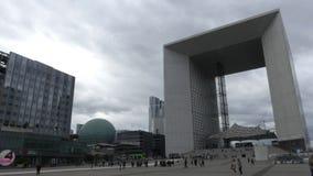 巴黎,法国- 2017年10月8日 拥挤方形的近的著名Grande Arche de la Defense 免版税库存照片