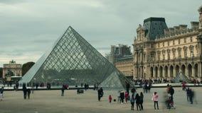 巴黎,法国- 2017年10月8日 拥挤正方形长的曝光射击在罗浮宫金字塔附近的 库存照片