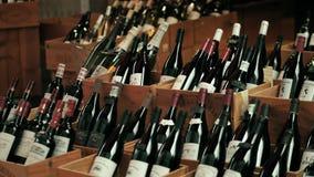 巴黎,法国- 2017年10月7日 有传统红葡萄酒瓶的木箱在一家地方商店 免版税库存图片
