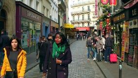 巴黎,法国- 2017年10月7日 沿巴黎人云香de la Harp,一条街道走在拉丁区 免版税库存图片