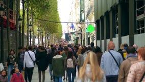巴黎,法国- 2017年10月7日 沿拥挤著名爱丽舍街道的步行 免版税图库摄影