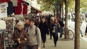 巴黎,法国- 2017年10月7日 纪念品在一条边路失去作用在旅游地方 免版税库存照片