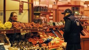 巴黎,法国- 2017年10月7日 菜和果子失去作用在地方食物市场上 库存照片