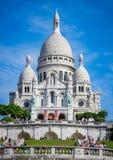 巴黎,法国- 8月12 - Sacre Coeur大教堂在夏日 大中世纪大教堂 神圣大教堂的重点 普遍的地标, 库存图片