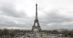 巴黎,法国-游览在恶劣天气的艾菲尔铁塔天Timelapse与云彩 股票视频