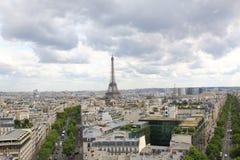 巴黎, 2017年7月:地平线有在艾菲尔铁塔,巴黎的看法 免版税库存照片