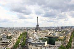巴黎, 2017年7月:巴黎市地平线有艾菲尔铁塔的从a 免版税库存图片