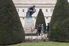 巴黎, 2017年12月30日:游人由罗丹为雕象思想家照相 免版税库存图片