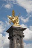 巴黎-在金子的雕象从Alexandre III桥梁 免版税库存照片