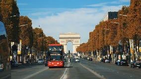 巴黎- 2017年9月7日:在凯旋门附近的街道交通慢动作 夏天都市风景,城市生活和著名 影视素材