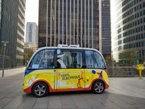 巴黎/法国- 2017年11月01日:黄色无人电公共汽车在拉德芳斯现代区在巴黎 免版税库存图片