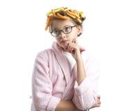 浴巾和卷发的人的体贴的女孩 免版税库存图片
