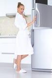 浴巾和拖鞋的活泼的妇女 库存图片