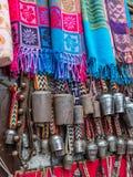 围巾和牦牛响铃被显示在市场上在尼泊尔 免版税库存图片