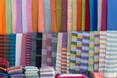 围巾在Inle湖的一个市场上缅甸的 免版税库存照片