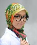 戴眼镜的围巾女孩 免版税库存图片