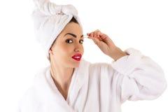 浴巾的可爱的妇女采眼眉 库存照片