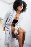 浴巾的秀丽年轻非裔美国人的妇女有照顾早晨她自己的牙刷的,生活方式概念 免版税库存照片