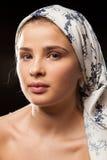 头戴头巾的美丽的妇女画象 库存图片