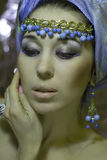 头巾的阿拉伯女孩有金子jewelery的 免版税库存照片