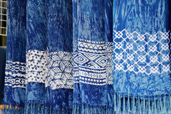 围巾被洗染的靛蓝 出售的靛蓝色围巾 库存照片