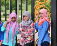 头戴头巾-储蓄图象的三个马来西亚女孩 库存图片