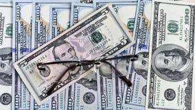 货币和玻璃 免版税库存图片