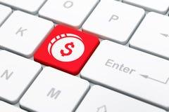 货币概念:在键盘背景的美元硬币 免版税库存照片
