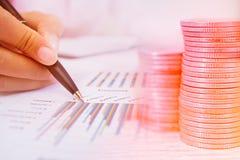 货币贸易的概念 堆硬币和手藏品审查金融证券一张技术图  库存照片