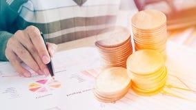 货币贸易的概念 堆硬币和手藏品审查金融证券一张技术图  免版税库存照片