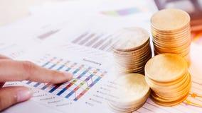 货币贸易的概念 堆硬币和手藏品审查金融证券一张技术图  库存图片