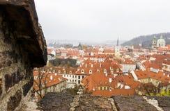 市中心全景与铺磁砖的红色屋顶的从上面,布拉格,捷克 老镇全景  库存照片