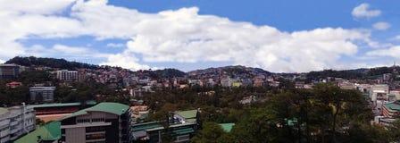 市中心和山脉 免版税库存图片
