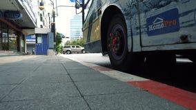 市中心和轮子特写镜头的,低天使慢动作交叉路 股票视频