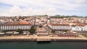 市中心和Praca da Republica鸟瞰图在Ponta Delgada,亚速尔群岛,葡萄牙 免版税图库摄影