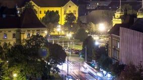 市中心夜timelapse射击的全景从摩天大楼的上面的出于对交叉点考虑的在前面 股票录像